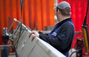 Productiemedewerker verplaatst schroeftransporteur